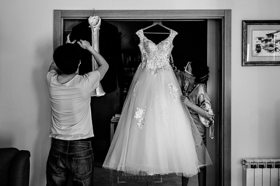 Boda en el Castillo de las Seguras de Cáceres de Marta y Charley realizada por Johnny García, fotógrafo de bodas en Cáceres. Marta y Charley con su vestido y su traje.
