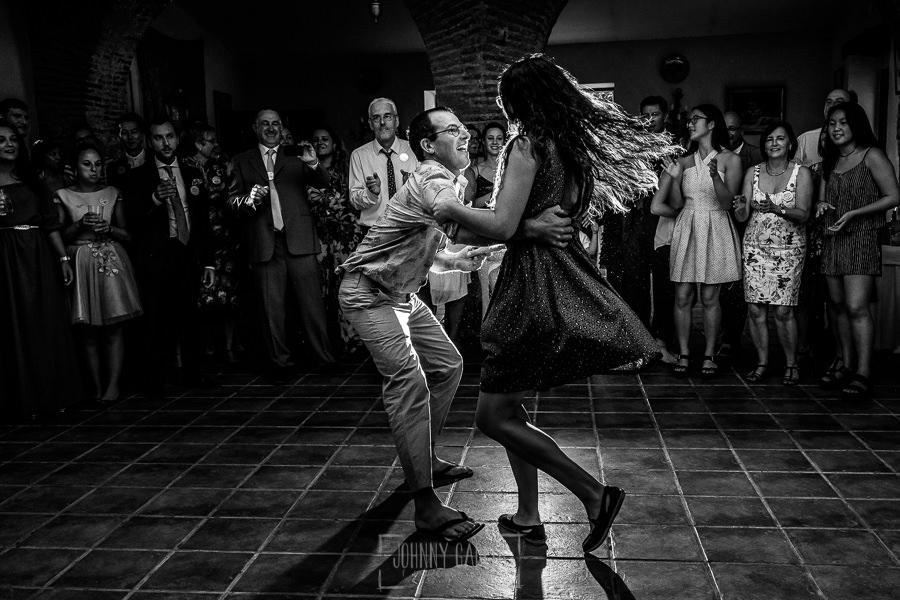 Boda en el Castillo de las Seguras de Cáceres de Marta y Charley realizada por Johnny García, fotógrafo de bodas en Cáceres. Invitados bailan.
