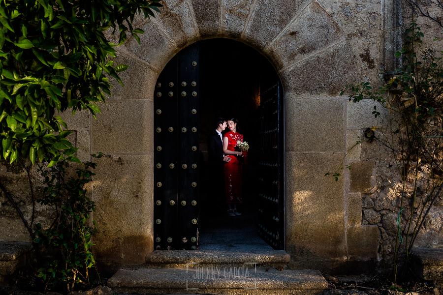 Boda en el Castillo de las Seguras de Cáceres de Marta y Charley realizada por Johnny García, fotógrafo de bodas en Cáceres. La pareja en la puerta del castillo.