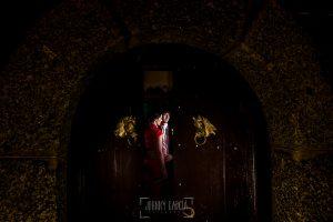 Boda en el Castillo de las Seguras de Cáceres de Marta y Charley realizada por Johnny García, fotógrafo de bodas en Cáceres. Fotografía de los recién casados.