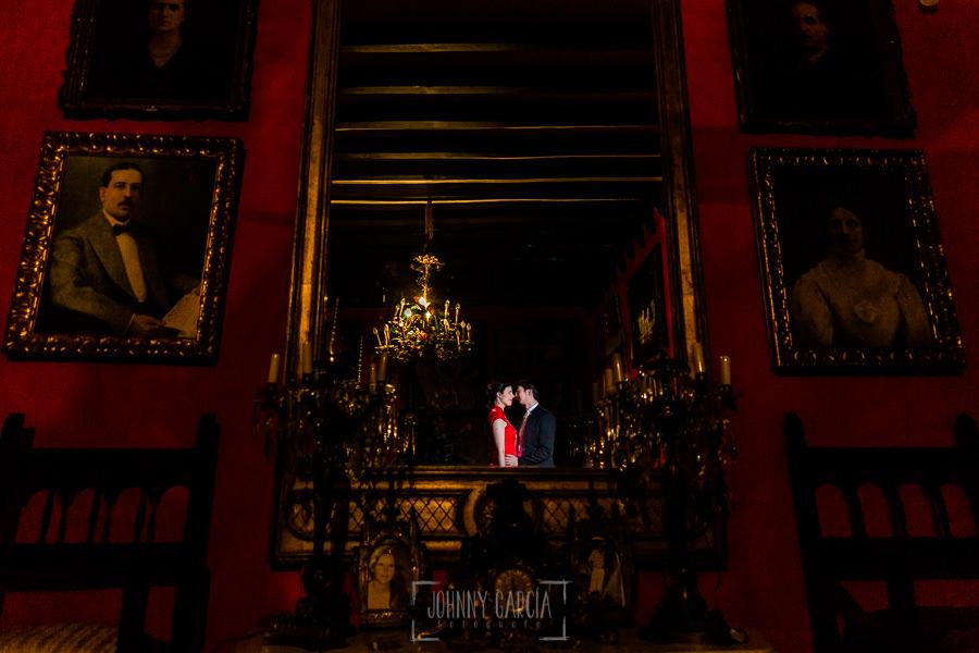Boda en el Castillo de las Seguras de Cáceres de Marta y Charley realizada por Johnny García, fotógrafo de bodas en Cáceres. La pareja en una de las habitaciones.