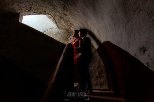 Boda en el Castillo de las Seguras de Cáceres de Marta y Charley realizada por Johnny García, fotógrafo de bodas en Cáceres. los novios en las escaleras del castillo.