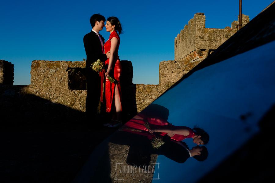 Boda en el Castillo de las Seguras de Cáceres de Marta y Charley realizada por Johnny García, fotógrafo de bodas en Cáceres. una foto de los novios en la torre del castillo.