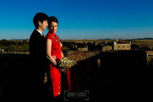 Boda en el Castillo de las Seguras de Cáceres de Marta y Charley realizada por Johnny García, fotógrafo de bodas en Cáceres. La pareja en lo anto del Castillo