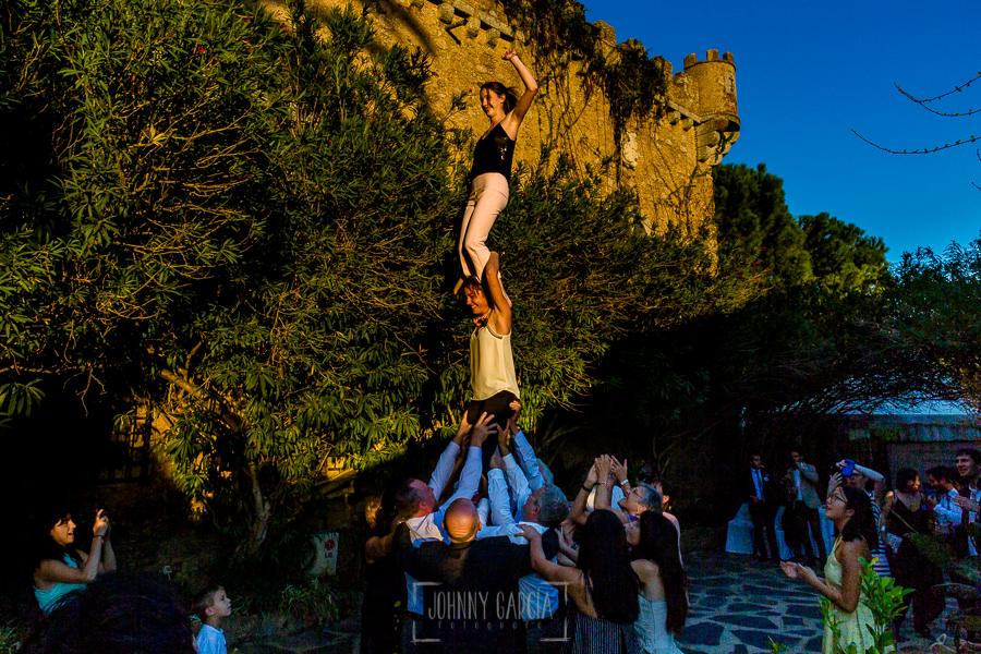 Boda en el Castillo de las Seguras de Cáceres de Marta y Charley realizada por Johnny García, fotógrafo de bodas en Cáceres. Invitados haciendo un castillo tradicional catallán.