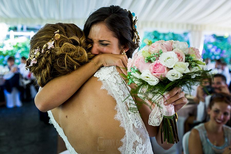 Los mejores ramos de novia, ideas para tu ramo de novia, Johnny Garcia fotógrafos, la novia entrega el ramo a su hermana.