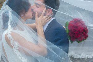 Los mejores ramos de novia, ideas para tu ramo de novia, Johnny Garcia fotógrafos, ramo de novia clásico de rosas rojas.