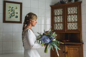 Los mejores ramos de novia, ideas para tu ramo de novia, Johnny Garcia fotógrafos, la novia observa su ramo de hortensias azules.