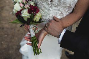 Los mejores ramos de novia, ideas para tu ramo de novia, Johnny Garcia fotógrafos, detalle de un camafeo en el ramo de la novia.
