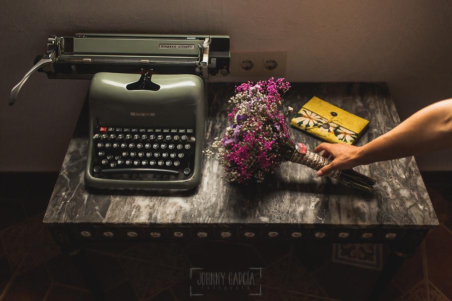 Los mejores ramos de novia, ideas para tu ramo de novia, Johnny Garcia fotógrafos, la novia recoge su ramo de flores silvestres.