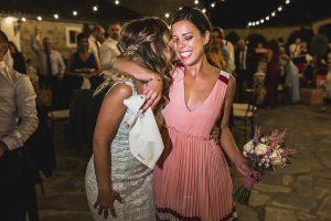 Los mejores ramos de novia, ideas para tu ramo de novia, Johnny Garcia fotógrafos, la novia entrega el ramo a una amiga.