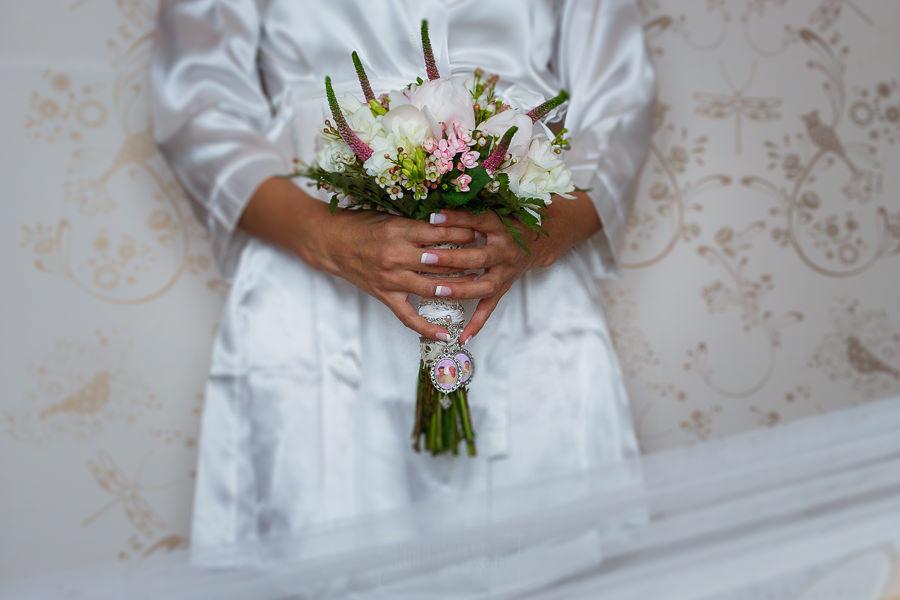Los mejores ramos de novia, ideas para tu ramo de novia, Johnny Garcia fotógrafos, detalle del ramo de novia tipo bouquet con camafeo.