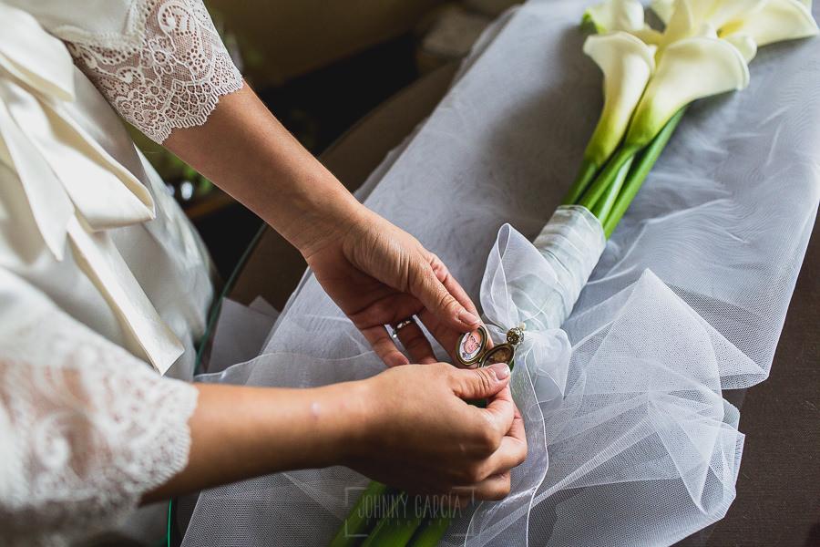 Los mejores ramos de novia, ideas para tu ramo de novia, Johnny Garcia fotógrafos, la novia coloca el camafeo en su ramo de calas.