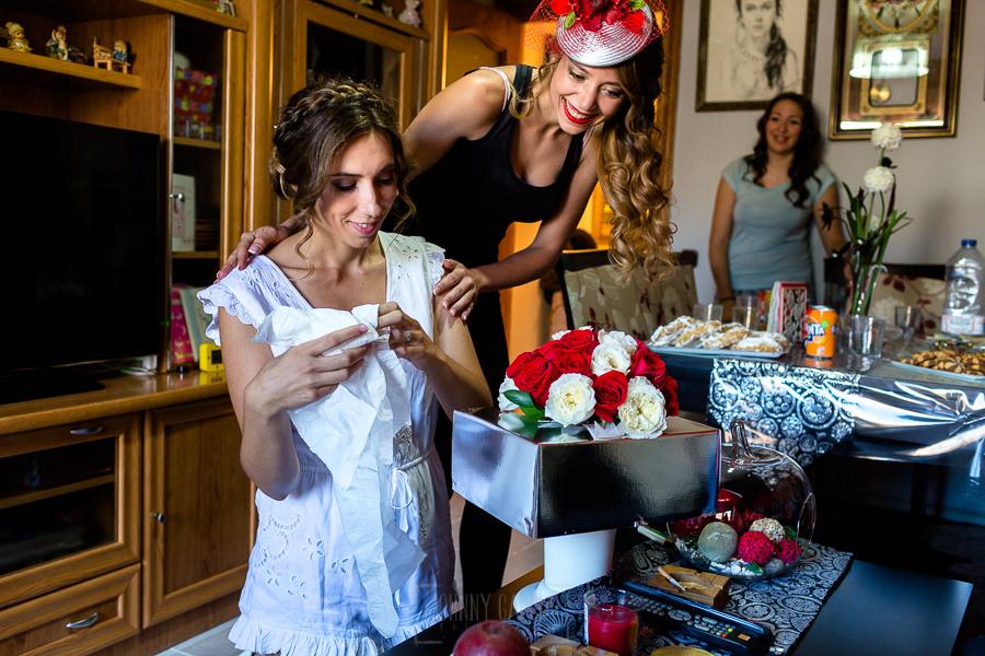 Los mejores ramos de novia, ideas para tu ramo de novia, Johnny Garcia fotógrafos,la novia recibe su ramo de novia en casa.