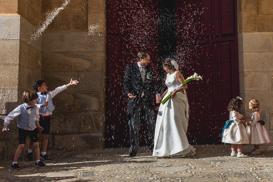 Los mejores ramos de novia, ideas para tu ramo de novia, Johnny Garcia fotógrafos, los novios salen de la iglesia, la novia porta un ramo de calas.
