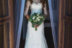 Los mejores ramos de novia, ideas para tu ramo de novia, Johnny Garcia fotógrafos, la novia sujeta su ramo de flores.