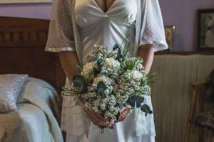 Los mejores ramos de novia, ideas para tu ramo de novia, Johnny Garcia fotógrafos, una novia junto a su ramo de flores asimétrico.