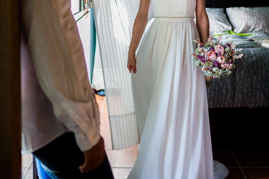 Los mejores ramos de novia, ideas para tu ramo de novia, Johnny Garcia fotógrafos, detalle de ramo de novia asimétrico en la mano de la novia.