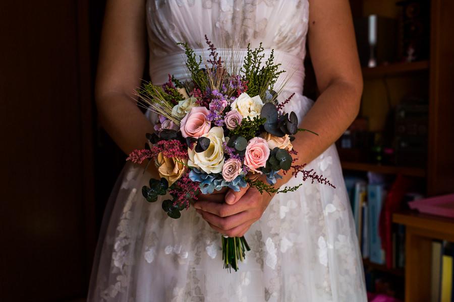 Los mejores ramos de novia, ideas para tu ramo de novia, Johnny Garcia fotógrafos, ramo asimétrico cargado de flores.