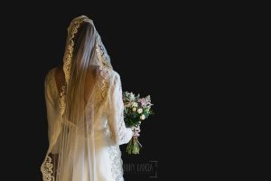 Los mejores ramos de novia, ideas para tu ramo de novia, Johnny Garcia fotógrafos, Una novia de espaldas con su ramo de flores.