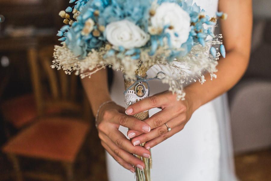 Los mejores ramos de novia, ideas para tu ramo de novia, Johnny Garcia fotógrafos, ramo de novia con camafeo y flores azules.