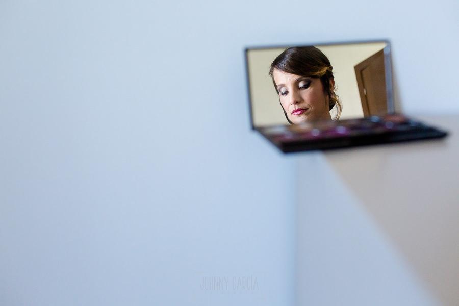 Boda en Hacienda de Regla, Sevilla, de Jessica y Sergio, Johnny García, fotógrafo de bodas en Sevilla; reflejo de Jessica en un espejo.
