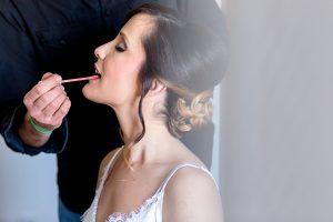 Boda en Hacienda de Regla, Sevilla, de Jessica y Sergio, Johnny García, fotógrafo de bodas en Sevilla; Jessica se pinta los labios.
