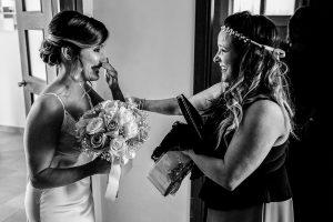 Boda en Hacienda de Regla, Sevilla, de Jessica y Sergio, Johnny García, fotógrafo de bodas en Sevilla; La novia recibe a su hermana.