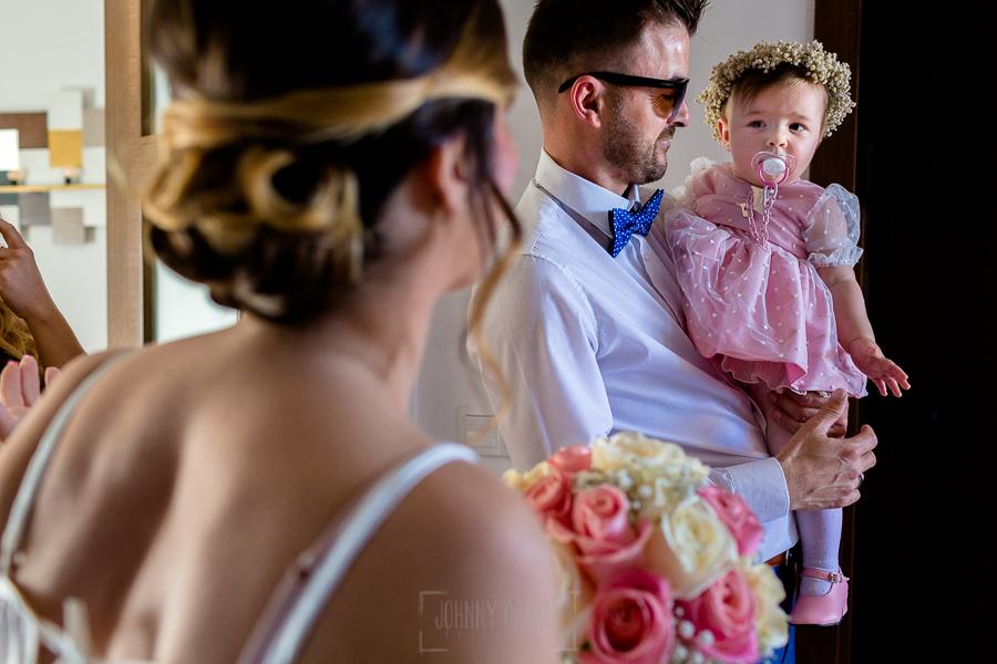 Boda en Hacienda de Regla, Sevilla, de Jessica y Sergio, Johnny García, fotógrafo de bodas en Sevilla; La novia recibe a su sobrina.