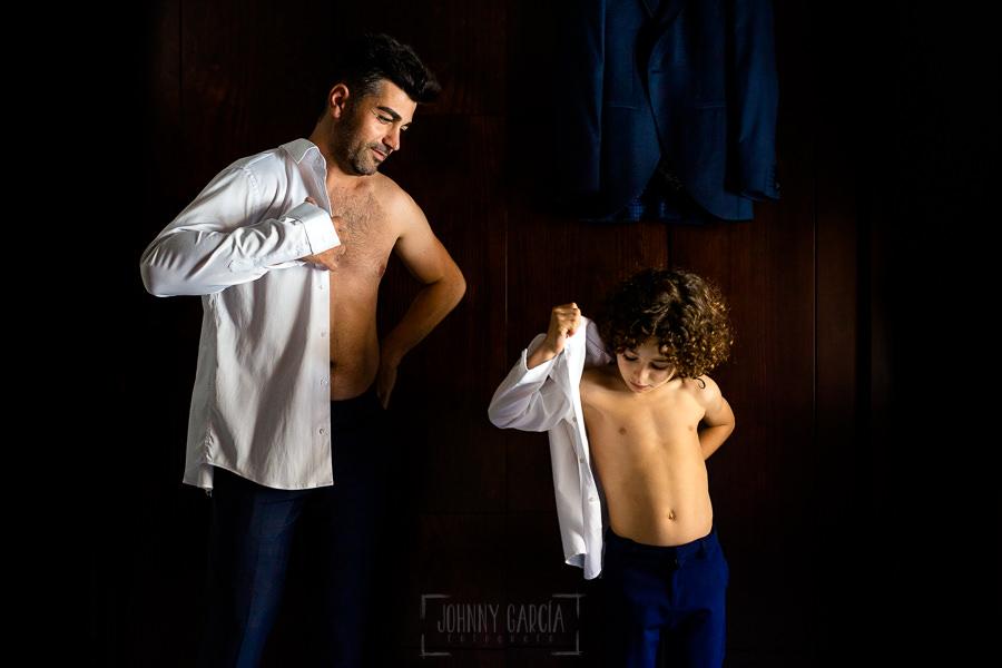 Boda en Hacienda de Regla, Sevilla, de Jessica y Sergio, Johnny García, fotógrafo de bodas en Sevilla; Sergio y su hijo en la habitación.