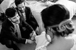 Boda en Hacienda de Regla, Sevilla, de Jessica y Sergio, Johnny García, fotógrafo de bodas en Sevilla; los hermanos de la novia le ayudan con los zapatos.
