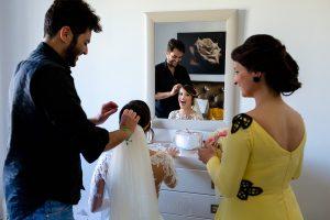 Boda en Hacienda de Regla, Sevilla, de Jessica y Sergio, Johnny García, fotógrafo de bodas en Sevilla; llegan las amigas de la novia.
