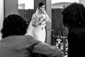 Boda en Hacienda de Regla, Sevilla, de Jessica y Sergio, Johnny García, fotógrafo de bodas en Sevilla; la novia sale de casa y se encuentra con una sorpresa.