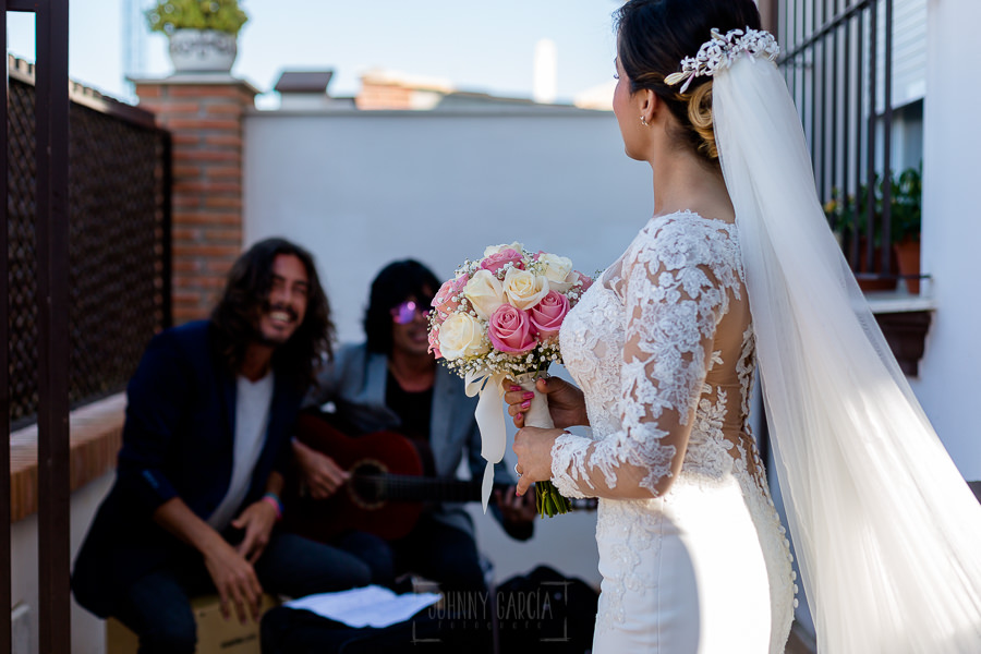 Boda en Hacienda de Regla, Sevilla, de Jessica y Sergio, Johnny García, fotógrafo de bodas en Sevilla; un duo de flamenco le canta a la novia al salir de casa