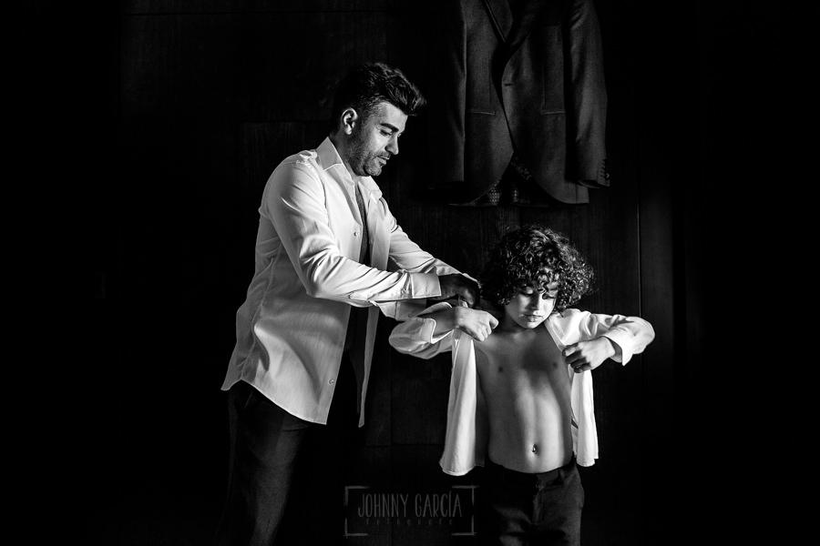 Boda en Hacienda de Regla, Sevilla, de Jessica y Sergio, Johnny García, fotógrafo de bodas en Sevilla; Sergio ayuda con la camisa a su hijo.
