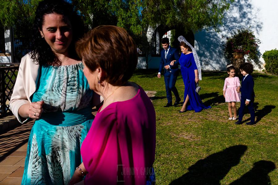 Boda en Hacienda de Regla, Sevilla, de Jessica y Sergio, Johnny García, fotógrafo de bodas en Sevilla; El nio llega de la mano de su madre.