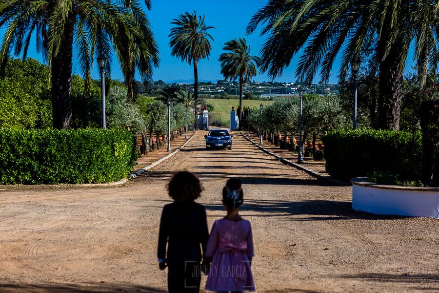 Boda en Hacienda de Regla, Sevilla, de Jessica y Sergio, Johnny García, fotógrafo de bodas en Sevilla; El coche de la novia entra en la hacienda de Regla.