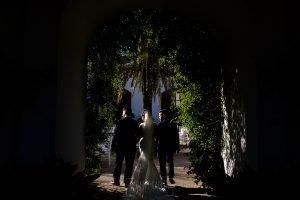 Boda en Hacienda de Regla, Sevilla, de Jessica y Sergio, Johnny García, fotógrafo de bodas en Sevilla; Los hermanos de la novia la acompañan en un primer tramo.