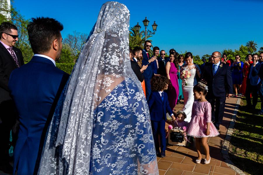Boda en Hacienda de Regla, Sevilla, de Jessica y Sergio, Johnny García, fotógrafo de bodas en Sevilla; la novia llega al altar.