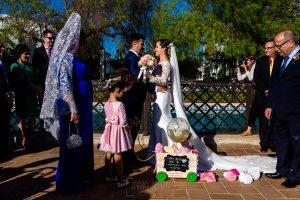 Boda en Hacienda de Regla, Sevilla, de Jessica y Sergio, Johnny García, fotógrafo de bodas en Sevilla; los novios se saludan.