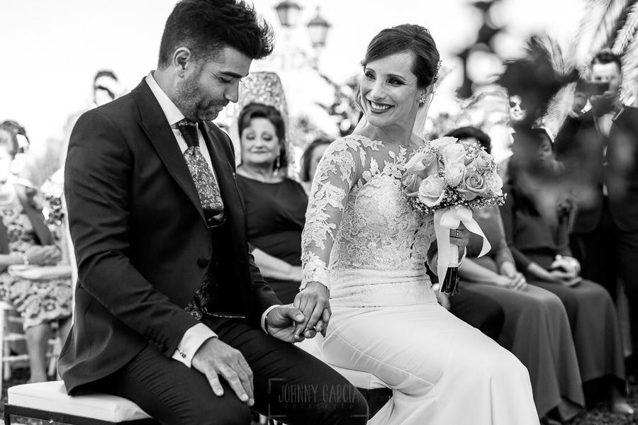 Boda en Hacienda de Regla, Sevilla, de Jessica y Sergio, Johnny García, fotógrafo de bodas en Sevilla; La novia sonríe al novio.
