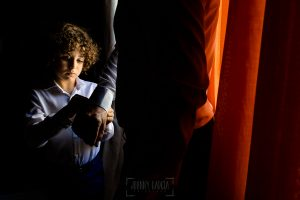 Boda en Hacienda de Regla, Sevilla, de Jessica y Sergio, Johnny García, fotógrafo de bodas en Sevilla; El hijo de Sergio le pone los gemelos.