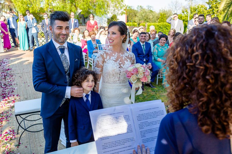 Boda en Hacienda de Regla, Sevilla, de Jessica y Sergio, Johnny García, fotógrafo de bodas en Sevilla; la pareja junto al pequeño de la familia.