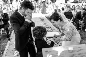 Boda en Hacienda de Regla, Sevilla, de Jessica y Sergio, Johnny García, fotógrafo de bodas en Sevilla; la novia pone un anillo al hijo del novio.