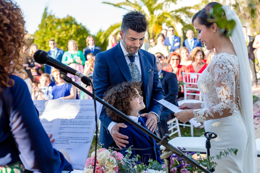 Boda en Hacienda de Regla, Sevilla, de Jessica y Sergio, Johnny García, fotógrafo de bodas en Sevilla; Jessica le dedica unas palabras al novio y a su hijo.