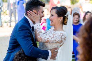 Boda en Hacienda de Regla, Sevilla, de Jessica y Sergio, Johnny García, fotógrafo de bodas en Sevilla; los novios se besan tras el intercambio de anillos.