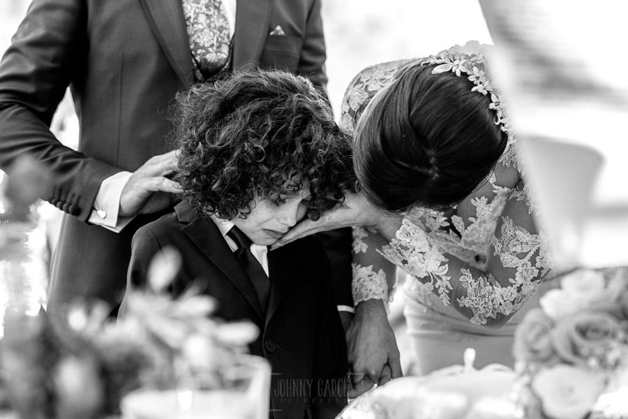 Boda en Hacienda de Regla, Sevilla, de Jessica y Sergio, Johnny García, fotógrafo de bodas en Sevilla; El pequeño se ha emocionado con el intercambio de anillos.