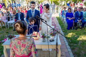 Boda en Hacienda de Regla, Sevilla, de Jessica y Sergio, Johnny García, fotógrafo de bodas en Sevilla; Los novios escuchan a su sobrina.