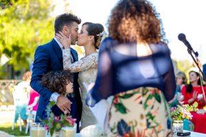 Boda en Hacienda de Regla, Sevilla, de Jessica y Sergio, Johnny García, fotógrafo de bodas en Sevilla; la pareja se besa.