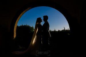 Boda en Hacienda de Regla, Sevilla, de Jessica y Sergio, Johnny García, fotógrafo de bodas en Sevilla; contraluz de los novios.